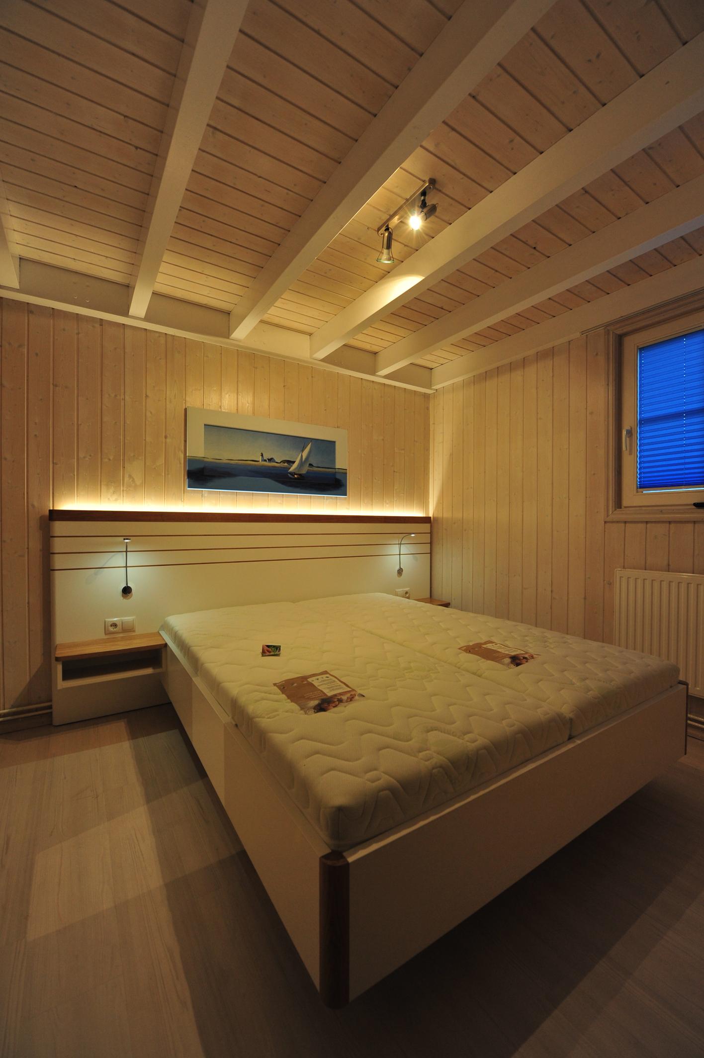 Sehr schönes Doppelbett mit indirekter Beleuchtung
